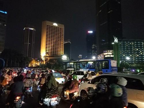 Suasana kepadatan lalu lalu lintas Bunderan Hotel Indonesia di