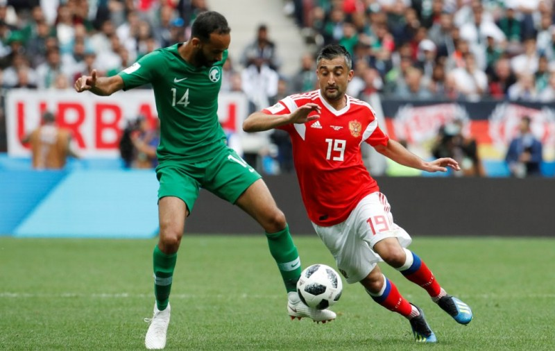Pemain Rusia Aleksandr Samedov dan pemain Arab Saudi Abdullah Otayf beraksi pada pertandingan perdana Piala Dunia 2018 di Stadion Luzhniki, Moskow, Rusia, Kamis (14/6). ANTARA FOTO//Christian Hartmann