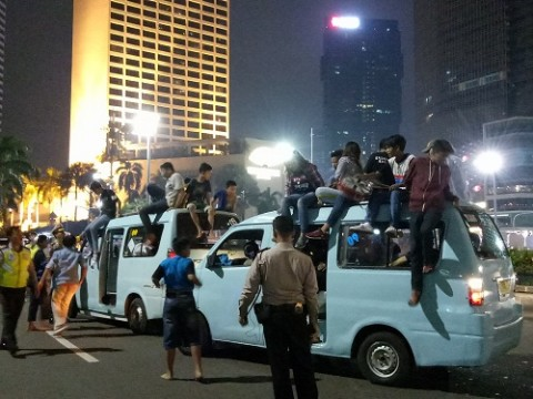 Petugas memeriksa mobil konvoi takbiran. Medcom.id/ Siti Yona