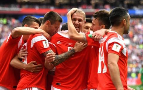 Para pemain Rusia merayakan gol Yury Gazinkskiy (tengah) (Foto: