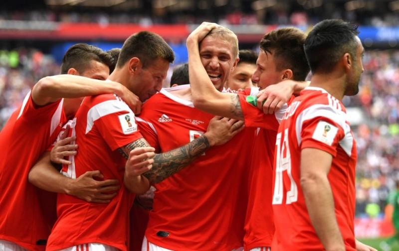 Para pemain Rusia merayakan gol Yury Gazinkskiy (tengah) (Foto: FIFA World Cup)