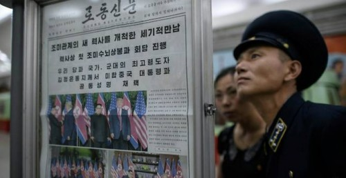 Koran pemerintah yang ditempel di kereta komuter di Korut.