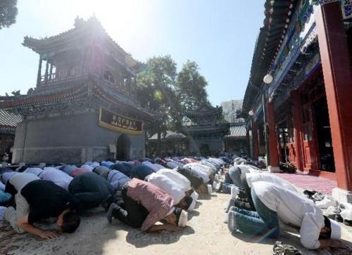 Muslim di Tiongkok saat salat id. (Foto: Wordpress.com).