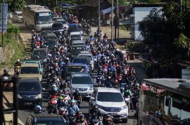 Ratusan kendaraan melintas di Jalur Nagreg. (ANT/RAISAN AL