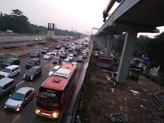 Antrean kendaraan di Tol Jakarta Cikampek. (Foto: Antonio)