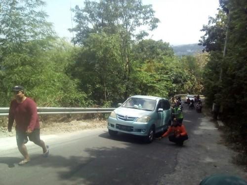 Sebuah kendaraan terlihat kesulitan menanjak di jalur Cinomati.