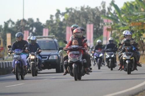 Ilustrasi- Pemudik bersepeda motor melintas di jalur Pantura
