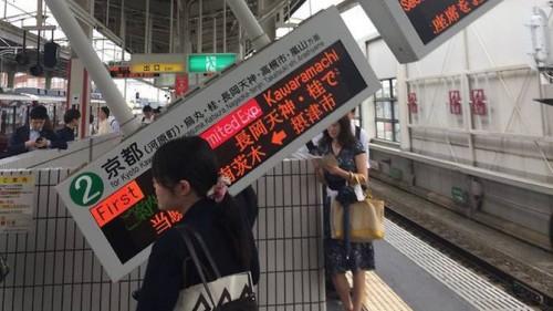 Tanda pemberitahuan kereta api yang ambruk akibat gempa. (Foto: