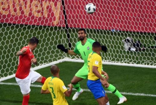 Steven Zuber (kiri) saat mencetak gol ke gawang Brasil (Foto: