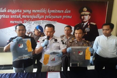 Polisi menunjukan barang bukti pembegalan di Bekasi, Senin, 18