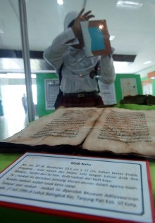 Dosen Unilak Riau Digitalisasikan Naskah Melayu Kuno