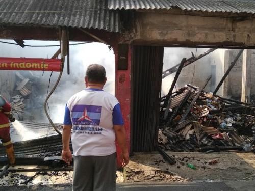 Enam unit rumah toko (ruko) di daerah industri Kampung Ledug,