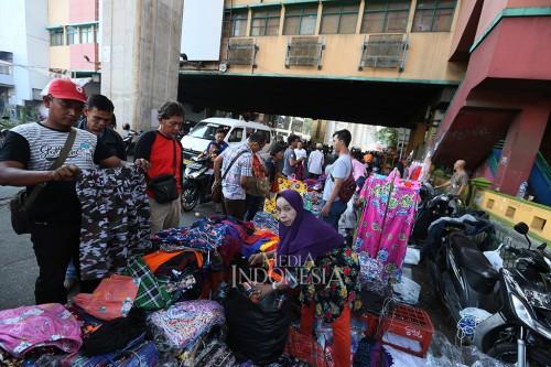 Pedagang memenuhi ruas jalan Ciledug Raya depan Pasar Cipulir,