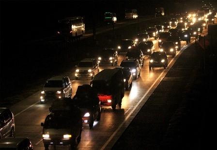 Kendaraan melintasi ruas jalan Tol Jakarta-Cikampek KM 73, di