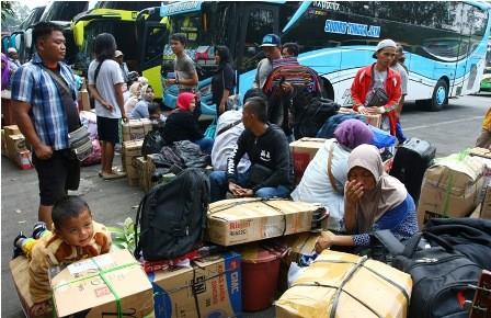 Sejumlah pemudik terlihat mulai memadati terminal bus antar kota