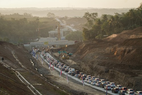 Antrian mobil melintasi jalur tol fungsional Kartasura-Salatiga