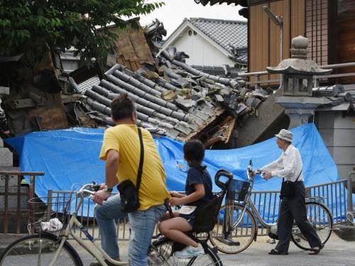 Rumah roboh akibat gempa Osaka, Jepang. (Foto: AFP).