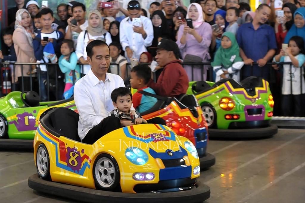 Keseruan Jokowi Main Basket Hingga Bom-bom Car Bareng Cucu