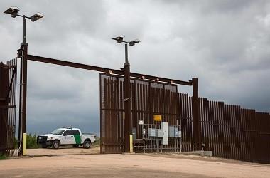 Petugas penjaga perbatasan berpatroli di San Benito, Texas, AS,