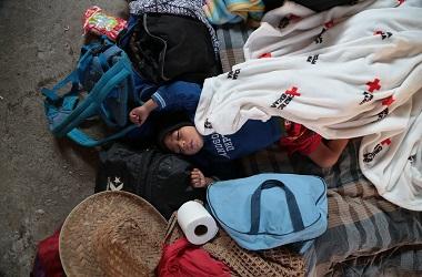 Seorang anak imigran beristirahat dalam perjalanan menuju AS, 7