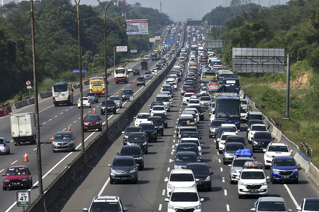 Padat Arus Balik, Tol Cikampek Diberlakukan Contraflow di KM 65-41