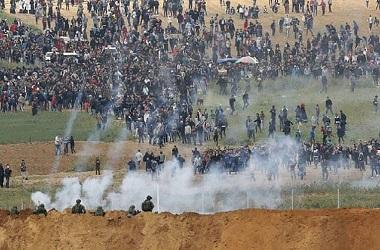Bentrokan pasukan Israel dengan warga Palestina di pagar