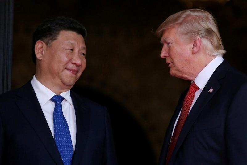 Presiden Tiongkok Xi Jinping (kiri) bersama dengan Presiden Amerika Serikat Donald Trump (FOTO: AFP)