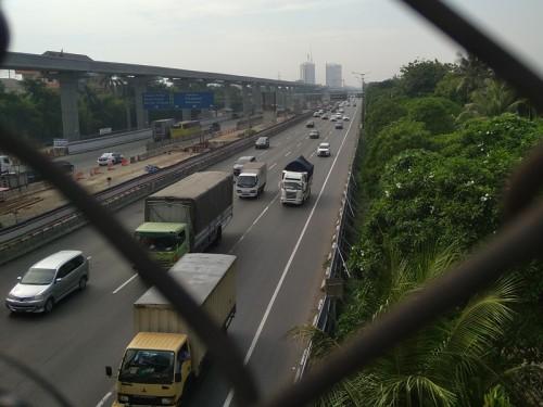 Kondisi Lalu Lintas kendaraan di Tol Jakarta Cikampek diambil