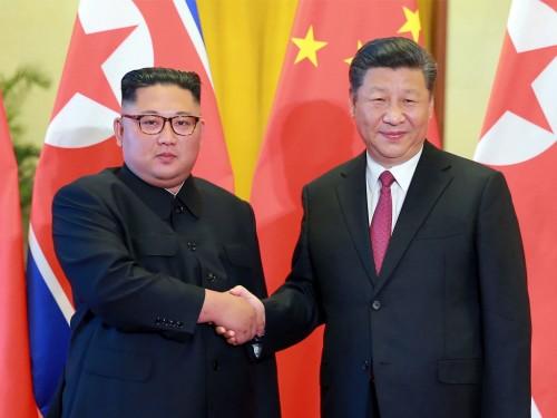 Pemimpin Korut Kim Jong-un (kiri) dan Presiden Tiongkok Xi