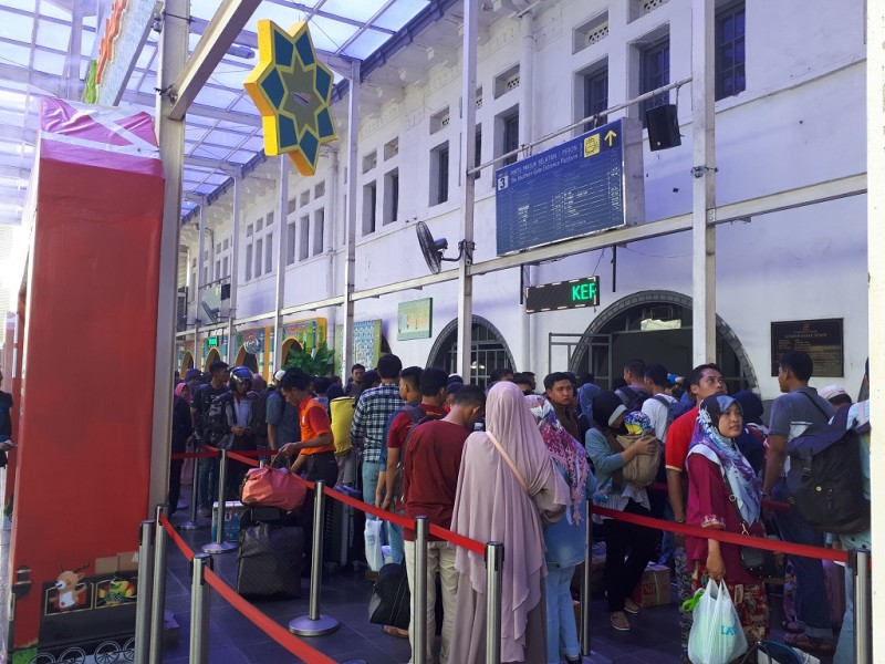 Pemudik di Stasiun Senen - Medcom.id/Nur Azizah.