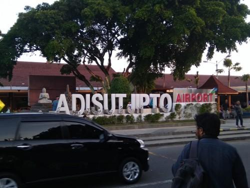 Aktivitas pemudik di depan bandara Adisutjipto. Medcom.id/Ahmad