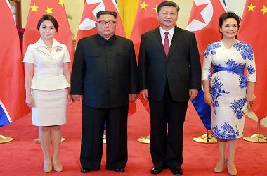Kim Jong-un dan Xi Jinping beserta istri mereka masing-masing di