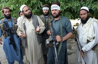 Militan Taliban berfoto bersama warga di tengah momen gencatan