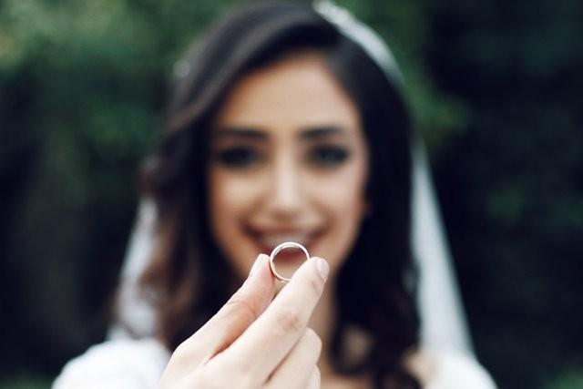 Menurut The 2018 Newlywed Report dari WeddingWire menemukan bahwa rata-rata biaya pernikahan generasi milenial sama dengan biaya sewa rumah selama dua tahun. (Foto: Soroush Karimi/Unsplash.com)