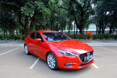 Lenggak-lenggok Mazda 3 di Lengangnya Jakarta
