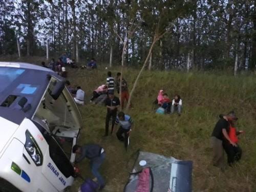 Sebuah bus B 7282 LS mengalami kecelakaan di Tol Cikedung,