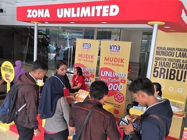 Booth layanan Indosat Ooredoo. (Indosat)