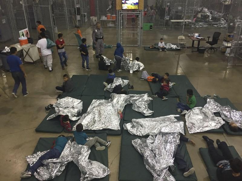Anak-anak imigran dipisahkan oleh orangtuanya saat memasuki perbatasan Amerika Serikat (Foto: AFP).