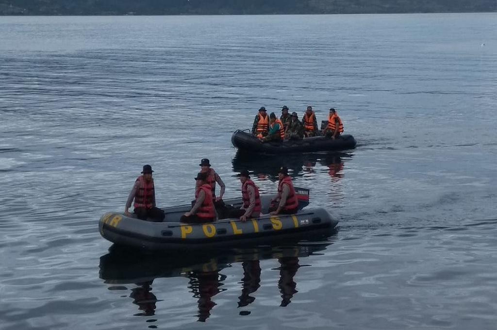 Petugas gabungan mencari korban kapal yang tenggelam di Danau Toba, dok istimewa