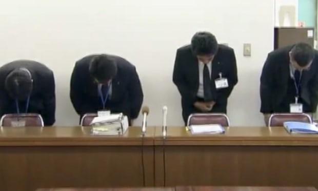 Pemimpin perusahaan meminta maaf dalam sebuah konferensi pers. (Foto: ABC TV)