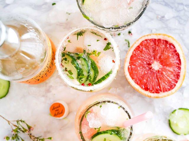 Alkohol berkaitan dengan risiko fraktur osteoporotik dan kepadatan tulang yang rendah. (Foto: Brooke Lark/Unsplash.com)