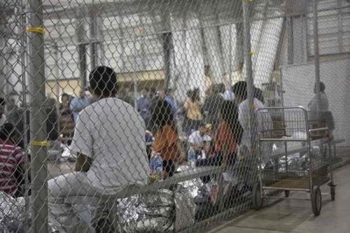 Imigran yang ditahan usai melintasi perbatasan Amerika