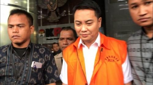 Anggota DPR Fraksi Golkar Fayakhun mengenakan rompi tahanan KPK. Medcom.id/Sunnaholomi Halakrispen