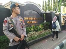 Polisi Bersenjata Laras Panjang Jaga di Depan PN Jaksel