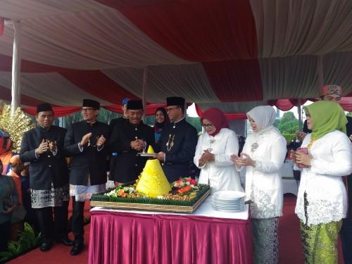 Gubernur DKI Jakarta Anies Baswedan memberikan potongan tumpeng pertama untuk Ketua DPRD DKI Jakarta Prasetyo Edi Marsudi - Medcom.id/Ilham Wibowo.