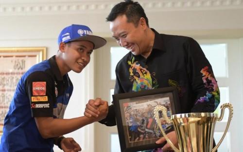 Menpora Imam Nahrawi dan pembalap muda Galang Hendra Pratama