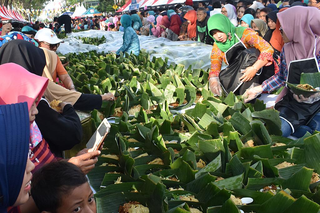 Kemeriahan Festival Pecel Pincuk di Madiun