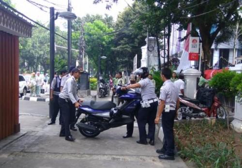 Dinas Perhubungan DKI Jakarta mengangkut puluhan motor yang diparkir di trotoar depan Gedung DPRD Jakarta--Medcom.id/M Sholahadhin Azhar.