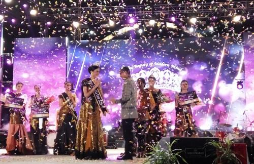 Wakil Gubernur DKI Jakarta Sandiaga Uno mengalungkan selendang kepada pemenang Miss Jakarta Fair 2018 Raissa Almira Rusmansyah (Foto:Medcom.id/Anggi Tondi Martaon)