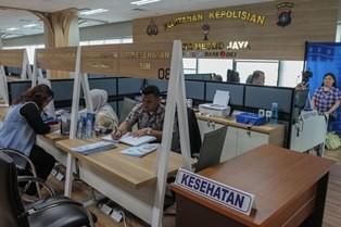 Warga memanfaatkan layanan pembuatan dan perpanjangan Surat Izin Mengemudi (SIM) kendaraan bermotor yang terdapat di Gerai SIM Pelayanan Polda Metro Jaya, Mall Pelayanan Publik, Jakarta. (Foto: MI/Pius Erlangga)